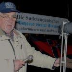 Der 'Sudetendeutsche Landsmannschaft'-Funktionär Johann Slezak protestiert auf dem Max-Josephs-Platz. Foto: Robert Andreasch