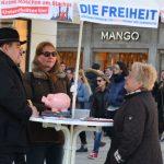 Der DF-Infostand in der Theatinerstraße. Mit u. a. Maria Frank (r.). Foto: Hannah Hofmann