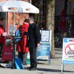 Stefan Werner (l.) und Uwe Görler (r.) am 'Pro Deutschland'-Stand. Foto: Hannah Hofmann