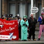 Transparent des FNS auf der neonazistischen Kundgebung. Foto: Tim Karlson