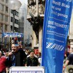 Michael Stürzenberger redet am Infostand auf dem Marienplatz. Foto: Tim Karlson