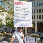 'Die Rechte'-Aktivist Peter Meidl trägt heute ein Schild der Partei 'Die Freiheit'. Foto: Sascha Arnhoff