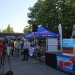 Bundestagskandidat Wolfgang Wiehle vor der Bühne. Foto: Anne Wild