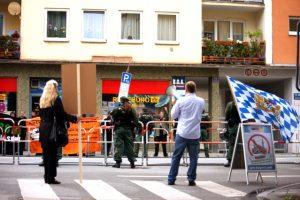 Die Mini-Kundgebung zur Straße. Foto: Tim Karlson