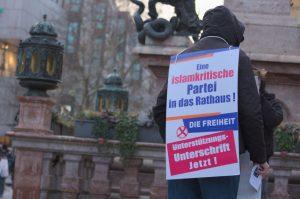 Ein DF-Aktivist verteilt auf dem Marienplatz Flugblätter. Foto: Tim Karlson