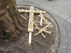 FNS-Holzkreuze am Boden. Foto: a.i.d.a.