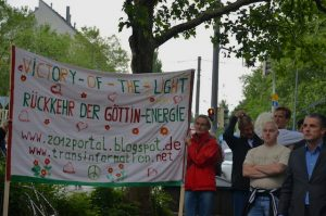 Rechts Neonazi Karl Heinz Statzberger, links ein esoterisches Transparent auf der 'Mahnwache' am Sendlinger-Tor-Platz. Foto: Hannah Hofmann