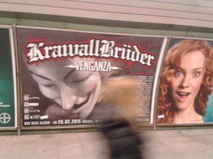 Das 'Krawallbrüder'-Konzert im Münchner Club 'Backstage' wurde mit Großplakaten in der U-Bahnstation Odeonsplatz beworben. Foto: Robert Andreasch