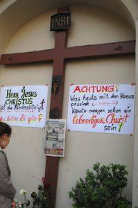 Am beschädigten Kreuz wurden Papierschilder angebracht. Foto: Robert Andreasch