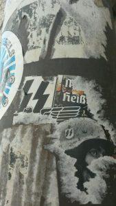 Der SS-verherrlichende Aufkleber an der Theatinerkirche. Foto: a.i.d.a.