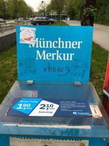 Die URL einer antisemitischen Internetseite auf einem Kasten des Münchener Merkurs. Foto: firm